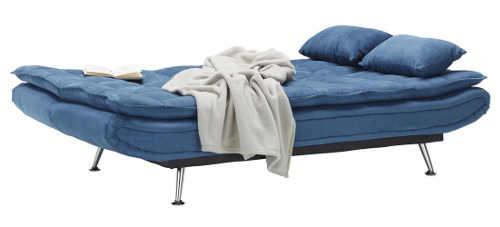 Pohovka modré barvy rozložená na lůžko