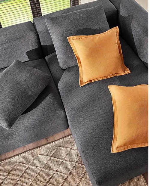 moderní čalouněná sedačka v šedé barvě